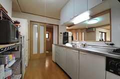 キッチンの様子2。引き戸を開けると玄関に直接出られます。(2014-01-14,共用部,KITCHEN,1F)