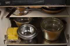 コンロ下にはボウルや鍋類が収納されています。(2014-01-14,共用部,KITCHEN,1F)