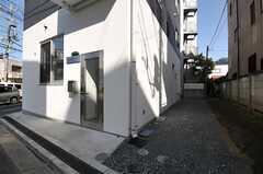 玄関は2箇所。ガラス戸はスタジオ用の玄関、シェアハウス専用玄関は右手奥にあります。(2013-04-08,共用部,OUTLOOK,1F)