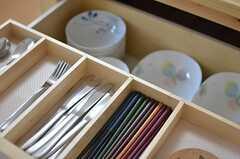 カトラリーや食器が収納されています。(2013-04-08,共用部,KITCHEN,2F)