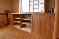 壁には本棚が設置されています。(2018-09-03,共用部,LIVINGROOM,2F)