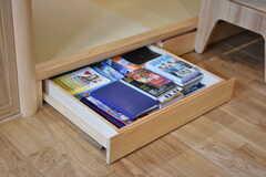 足もとの引き出しにも本や雑誌を収納しておくことができます。(2018-09-03,共用部,LIVINGROOM,2F)