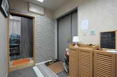 内部から見た玄関まわりの様子。玄関すぐ脇に靴箱があります。(2013-09-02,周辺環境,ENTRANCE,2F)