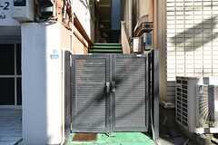 門扉の様子。階段を上がった先がシェアハウスです。(2016-01-14,周辺環境,ENTRANCE,1F)