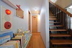 正面のドアがトイレです。階段の裏を通ると水まわり設備があります。(2016-01-14,共用部,OTHER,2F)