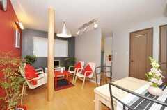 シェアハウスのラウンジの様子2。柱は銘木。(2010-01-13,共用部,LIVINGROOM,1F)
