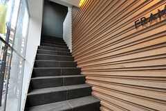 エントランスの階段。上った先がリビングです。(2014-01-30,周辺環境,ENTRANCE,1F)