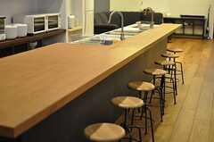 ダイニングテーブルの様子。大きな無垢材のテーブルです。(2014-01-30,共用部,LIVINGROOM,2F)
