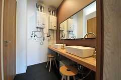 廊下沿いにある水まわり設備の様子。洗面台の対面に、シャワールームが2室あります。(2013-11-06,共用部,OTHER,3F)