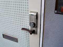 玄関の鍵は一風変わったカード式(2006-08-03,周辺環境,ENTRANCE,4F)