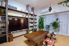 共用TVの壁側には飾り棚が取り付けられています。(2014-10-24,共用部,LIVINGROOM,3F)