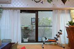 掃き出し窓の外はベランダです。(2014-10-24,共用部,LIVINGROOM,3F)