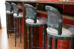 キッチンのカウンターテーブルには、竹風のハイスツールが置かれています。(2014-08-27,共用部,KITCHEN,3F)