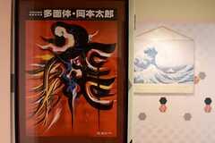 廊下の壁には、アート展や展示会のポスターが飾られています。(2014-08-27,共用部,OTHER,3F)