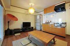 リビングの様子3。リビング脇にキッチンがあります。(2012-11-12,共用部,LIVINGROOM,8F)