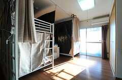 ドミトリーの様子。掃出窓からはベランダに出られます。(801号室)(2013-12-02,専有部,ROOM,8F)