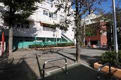 マンションの隣は公園です。(2012-11-12,共用部,ENVIRONMENT,1F)