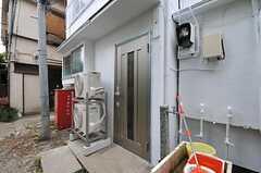 シェアハウスの玄関ドアの様子。(2011-07-13,周辺環境,ENTRANCE,1F)