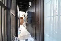 玄関ドアの様子。スライド式です。(2017-02-21,周辺環境,ENTRANCE,1F)
