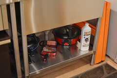 シンクの下にフライパンや鍋類が収納されています。(2017-02-21,共用部,KITCHEN,1F)