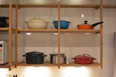 シンク上の棚には土鍋やホーロー鍋が並びます。(2017-02-21,共用部,KITCHEN,1F)