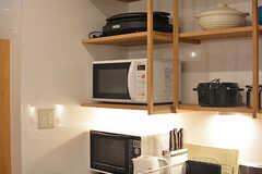 キッチン家電の様子。電子レンジに加え、たこ焼きなどもできるホットプレートもあります。(2017-02-21,共用部,KITCHEN,1F)