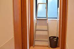 2階は天井が高いため、電球の交換などに使える脚立が常備されています。(2017-02-21,共用部,OTHER,2F)