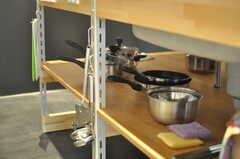 作業台の下には、調理器具がずらり。(2013-08-12,共用部,KITCHEN,1F)