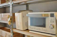 キッチン家電の様子。ホームベーカリーやウォーターオーブン、ブレンダーも揃っています。(2013-08-12,共用部,KITCHEN,1F)