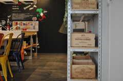 キッチン収納には、随所にワインの木箱が用いられています。(2013-08-12,共用部,KITCHEN,1F)