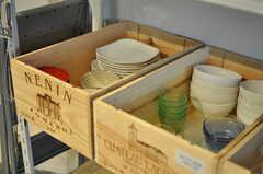 食器もワインの木箱の中。(2013-08-12,共用部,KITCHEN,1F)