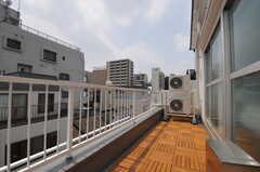 屋上の様子。屋上は4Fの各部屋から出ることができます。(402号室)(2013-08-12,専有部,ROOM,4F)