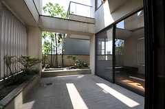 ベランダの様子。303号室と共用です。(302号室)(2011-07-12,専有部,ROOM,3F)