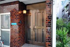 シェアハウスの正面玄関。(2010-08-16,周辺環境,ENTRANCE,1F)