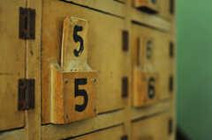 靴箱は大正時代のモノで銭湯で使われていたのだそう。(2010-08-16,共用部,OTHER,1F)