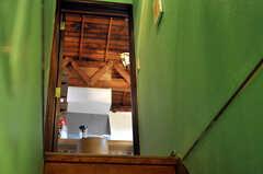 階段の先にはリビングが見えます。(2010-08-16,共用部,OTHER,2F)