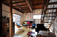 シェアハウスのリビングの様子。アンティークの家具が並びます。(2010-08-16,共用部,LIVINGROOM,2F)