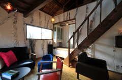 階段横から水周り設備へアクセスします。(2010-08-16,共用部,LIVINGROOM,2F)
