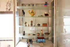 飾り棚の中には、事業者さんが海外で購入した品々が並びます。(2010-08-16,共用部,OTHER,2F)