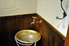 トイレの洗面台もレトロな感じ。(2010-08-16,共用部,TOILET,2F)