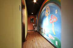 廊下の壁には虹とキノコが描かれています。洗面台もあります。(2010-08-16,共用部,OTHER,2F)