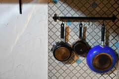 鍋類は吊るして保管します。(2019-11-20,共用部,KITCHEN,2F)