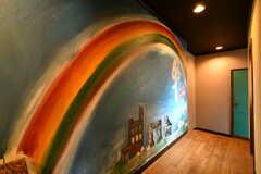壁面には虹のペイント。(2019-11-20,共用部,OTHER,2F)