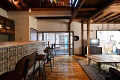 廊下側から見たリビングの様子。左手がキッチン、右手がリビングです。(2019-12-24,共用部,LIVINGROOM,2F)