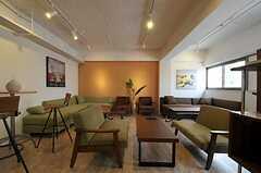 シェアハウスのラウンジの様子2。様々なソファがあります。(2011-08-10,共用部,LIVINGROOM,3F)