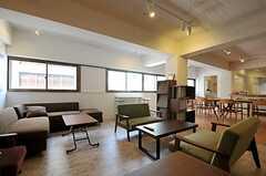 シェアハウスのラウンジの様子3。奥にはダイニングテーブルがあります。(2011-08-10,共用部,LIVINGROOM,3F)