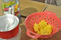 花びら形のクリップなど、カラフルな小物があります。(2011-08-10,共用部,LIVINGROOM,3F)