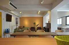 カウンターテーブルからラウンジを眺めた様子。(2011-08-10,共用部,LIVINGROOM,3F)