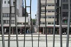 窓には格子がついています。(206号室)(2011-08-10,専有部,ROOM,2F)