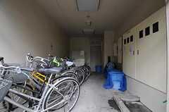 マンションの自転車置場とゴミ置き場の様子。(2011-05-12,共用部,GARAGE,1F)
